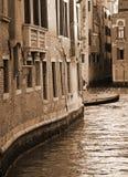 意大利 威尼斯 在老砖房子中的运河 在被定调子的乌贼属 浸泡 免版税库存照片