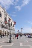 意大利 威尼斯 桃红色街灯 Murano玻璃和共和国总督的宫殿 免版税库存图片