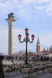意大利 威尼斯 桃红色街灯 Murano玻璃和圣徒Marco coloumn与狮子 免版税库存照片