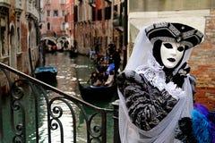 意大利-威尼斯-面具和长平底船 库存照片