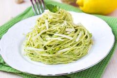意大利绿色面团意粉用pesto绿豆,薄菏 免版税库存照片
