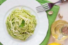 意大利绿色面团意粉用pesto绿豆,薄菏 免版税图库摄影