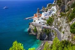 意大利-阿特拉尼看法的美丽的阿马飞海岸  库存照片