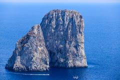 意大利 Capri海岛 Faraglioni岩层 库存图片