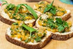 意大利bruschetta用黄色蕃茄 免版税库存照片