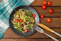意大利bucatini用虾、芝麻菜和西红柿 木背景 特写镜头 顶视图 图库摄影