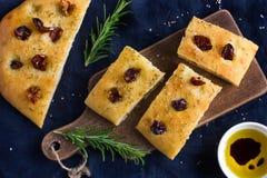 意大利focaccia面包用各式各样的蕃茄、迷迭香和海 库存图片