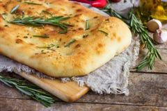 意大利focaccia面包用迷迭香和大蒜 免版税图库摄影