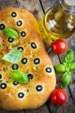 意大利focaccia面包用黑橄榄 库存照片