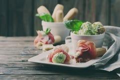 意大利grissini用乳脂干酪和熏火腿 免版税库存照片