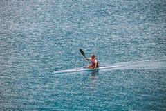 意大利Lake Lago di Ledro 2013年7月16日 参与皮船划船女运动员 库存照片