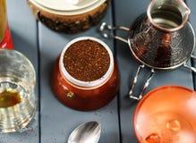 意大利moka咖啡在灰色后面的罐用研磨咖啡和cezve 免版税库存照片