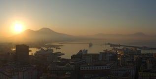 意大利napoli 在Vesuvio火山、海湾和港口的美妙的风景在日出期间 免版税库存照片