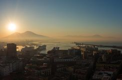 意大利napoli 在Vesuvio火山、海湾和港口的美妙的风景在日出期间 免版税库存图片