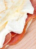 意大利piadina用火腿和无盐干酪乳酪 免版税库存照片