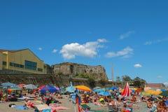 意大利savona 在古老堡垒墙壁的海滩  库存照片
