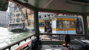 意大利venezia 小船观点的司机 乘坐小船在重创的运河 股票视频
