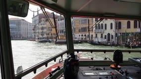 意大利venezia 小船观点的司机 乘坐小船在重创的运河 影视素材
