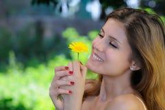 满意对一朵雏菊在她的手上 库存图片