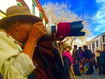 满意对照相机西藏人人 免版税库存照片