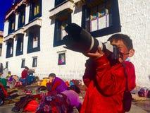 满意对照相机西藏人女孩 免版税库存图片