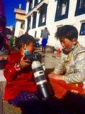满意对照相机西藏人女孩 库存照片
