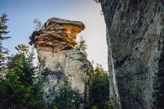 意想不到的五颜六色的大岩石,当金上面突出在早晨太阳之前 美好的横向 库存图片