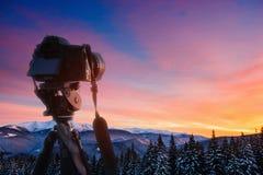 意想不到的冬天带领入山的风景和被佩带的足迹 日落 预期假日 免版税库存图片