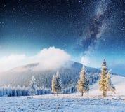意想不到的冬天流星雨和积雪覆盖的山 图库摄影