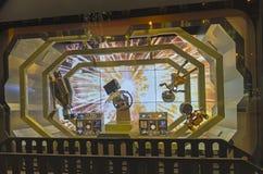 意想不到的场面在巴黎商店窗口里 免版税库存照片
