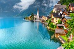 意想不到的旅游高山村庄和湖,Hallstatt,萨尔茨卡默古特地区,奥地利 库存照片