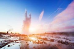 意想不到的日落Strokkur喷泉爆发在冰岛 免版税图库摄影