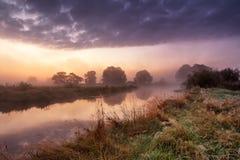 意想不到的有雾的河 剧烈的五颜六色的风景 黎明 图库摄影
