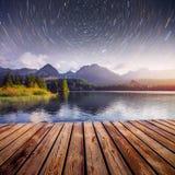 意想不到的满天星斗的天空和银河在一个湖在公园高Tatras Shtrbske Pleso,斯洛伐克,欧洲 免版税库存图片