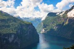 意想不到的看法og Geiranger海湾 晴朗的好天气在挪威 免版税库存图片