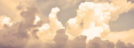 意想不到的红色日落和剧烈的光在多云天空 免版税库存照片