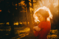 意想不到的红头发人女孩在一个神奇森林里 库存图片