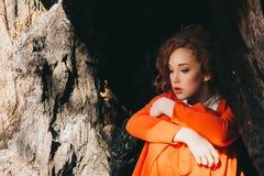 意想不到的红头发人女孩在一个神奇森林里 免版税图库摄影