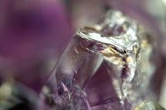 意想不到的背景,石头的魔术 水晶紫色 免版税库存照片