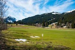 意想不到的草甸和山在春天-德国 免版税库存照片