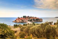 意想不到的观点的Sveti斯蒂芬,小海岛 免版税库存照片