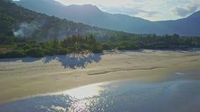 意想不到的鸟瞰图白色沙子海滩和安静的海洋海浪 股票视频
