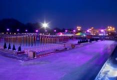 意想不到的滑冰场在有美好的光的莫斯科 免版税图库摄影