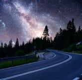 意想不到的满天星斗的天空和庄严山在薄雾剧烈的美好的早晨 秋天横向 美国航空航天局礼貌  免版税库存图片