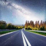 意想不到的满天星斗的天空和庄严山在薄雾剧烈的美好的早晨 秋天横向 美国航空航天局礼貌  免版税图库摄影