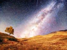 意想不到的满天星斗的天空和庄严山在薄雾剧烈的美好的早晨 秋天横向 美国航空航天局礼貌  免版税库存照片