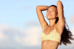 任意感觉在室外自然的松弛比基尼泳装妇女 免版税库存图片