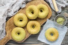任意新近地被烘烤的面筋matcha香蕉油炸圈饼,水平,顶视图 库存图片