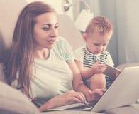 满意的女性22-27岁是有效工作后边 免版税图库摄影