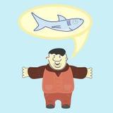 满意的水手吹嘘大约被捉住的鲨鱼的大小 免版税库存照片